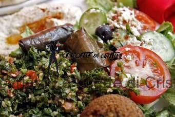 Ricetta dei falafel (polpettine di ceci) con tzatziki e insalata greca