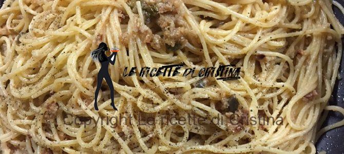 Ricetta degli spaghetti alici, capperi all'olio e pane raffermo