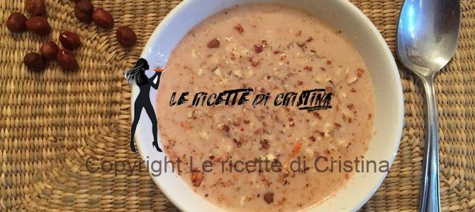 Ricetta della zuppa di carote al latte con riso venere e nocciole
